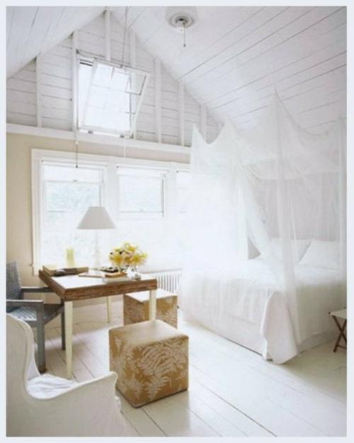 dachgeschoss holz weiß bemalt zimmerdecke schlafzimmer himmelbett