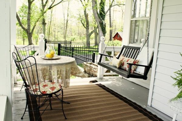 den vorgarten neu gestalten hängesitz und schmiedeeisen stühle