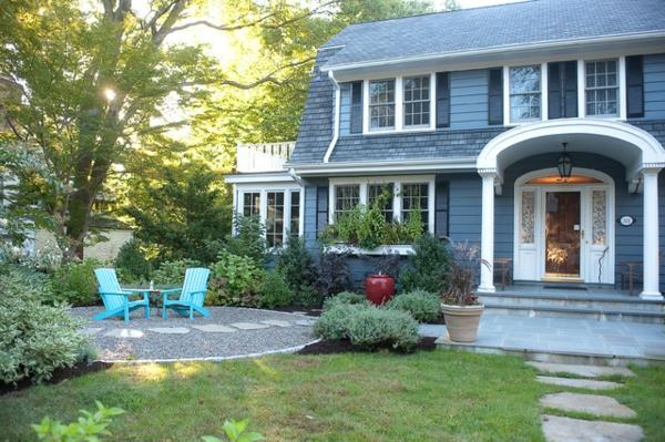 den vorgarten neu gestalten runde terrasse türkis stühle