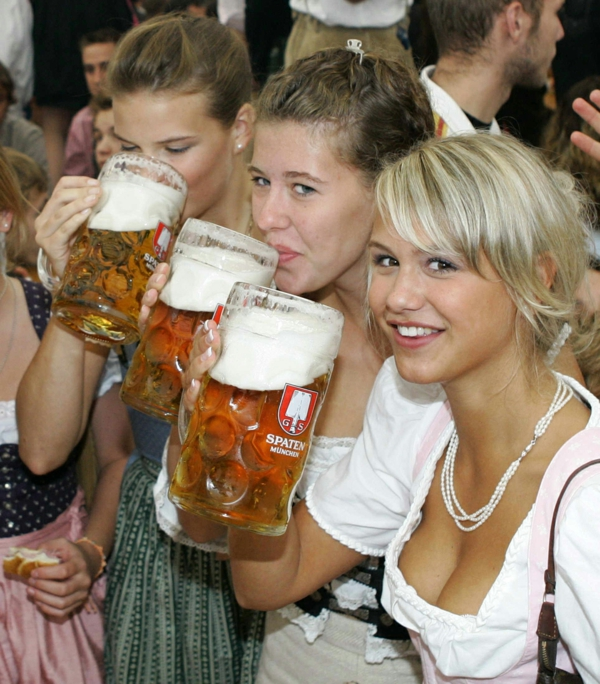 deutschland feiert das oktoberfest beer und dirndlkleider
