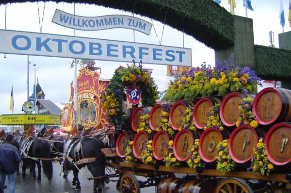 deutschland feiert das oktoberfest bierfäßer und bunte blumen