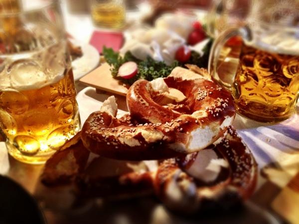 deutschland feiert das oktoberfest brezel bierbecher