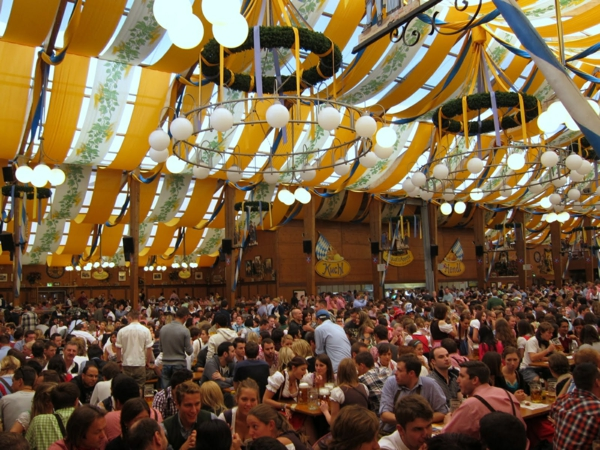 deutschland feiert das oktoberfest großes bierzelt