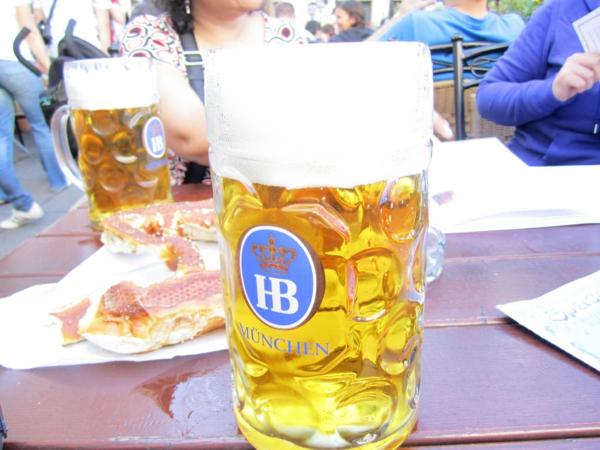 deutschland feiert das oktoberfest kaltes bier