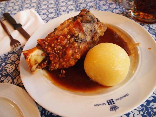 deutschland feiert das oktoberfest schweinshaxn