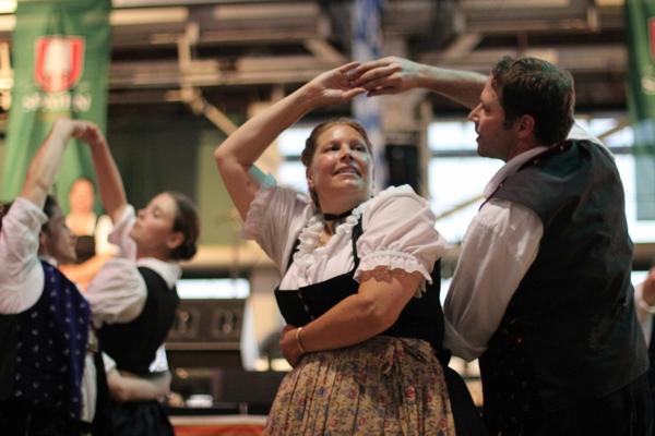 deutschland feiert das oktoberfest tanzen und singen