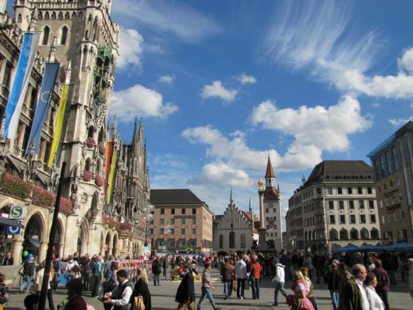 deutschland feiert das oktoberfest vor dem rathaus