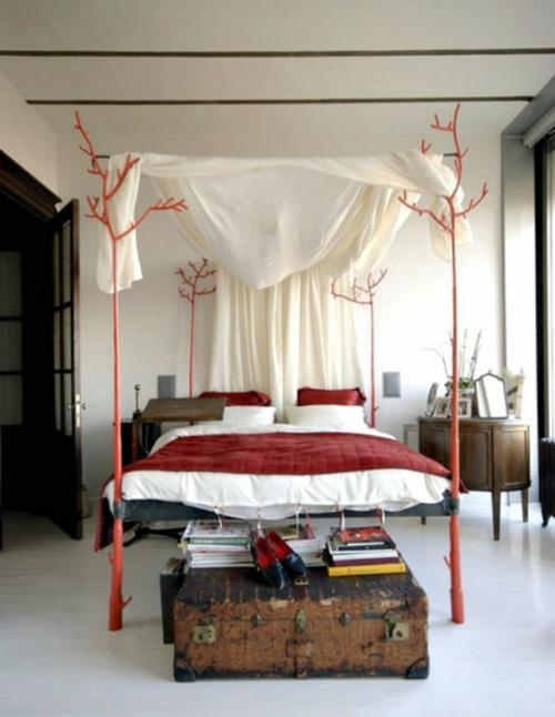 eigenartig design schlafzimmer rote akzente bettdecke truhe bücher