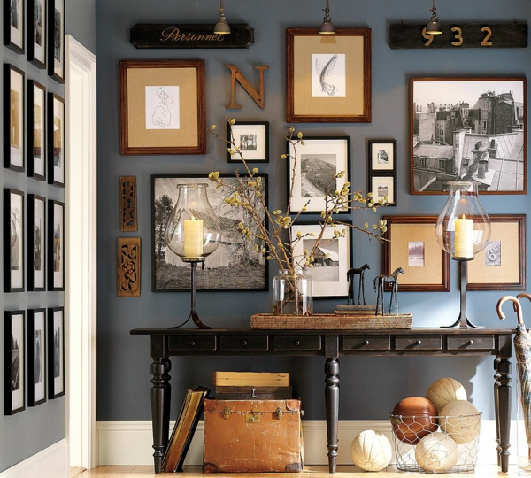 ein gemütliches zuhause nostalgisch mit schwarzweißen fotos und kerzen