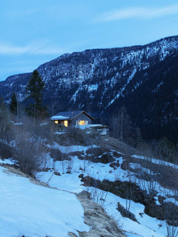 elegante originelle berghütte idyllisch am hang