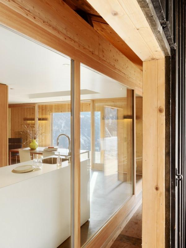 elegante berghütte minimalistische küche hochglanz in weiß