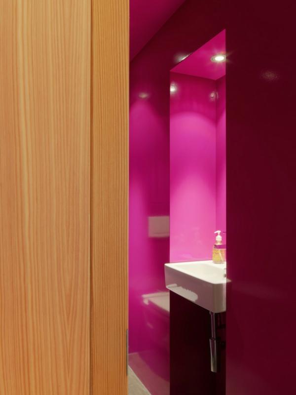 elegante originelle berghütte pinkes bad mit einbauleuchten
