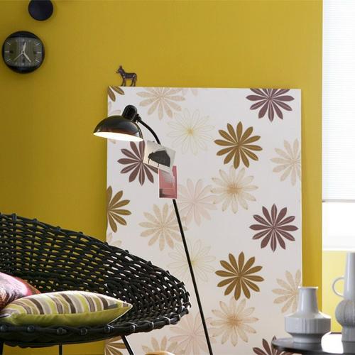 Elegante Farbgestaltung zu Hause grasgrün wand blumenmuster stuhl