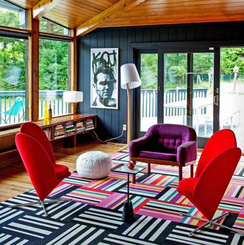 Elegante Farbgestaltung zu Hause streifen teppich rot sessel sofa stehlampe