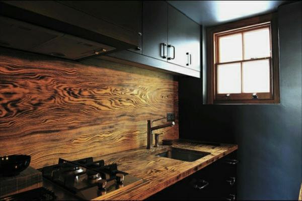 frische küchenrückwand aus massivem holz mit grober maserung