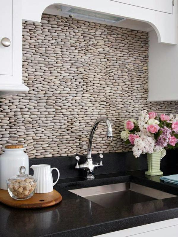 frische küchenrückwand ideen aus runden kieselsteinen