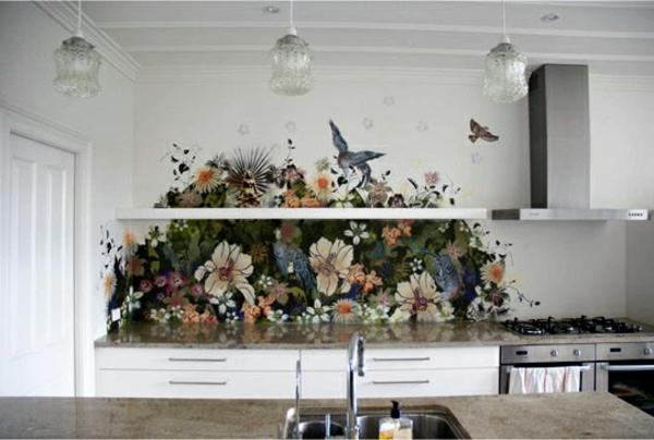 frische küchenrückwand ideen bunte blumen und vögel