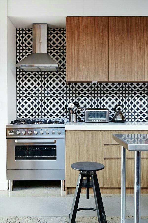 frische küchenrückwand ideen feine geometrische muster