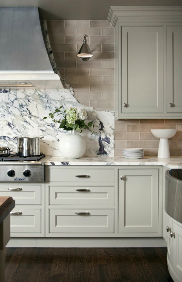 küchenrückwand ideen in halb fliesen halb marmor optik