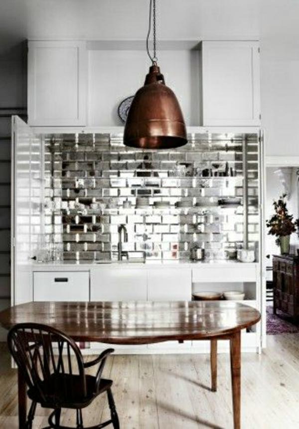frische küchenrückwand silberglänzende fliesen