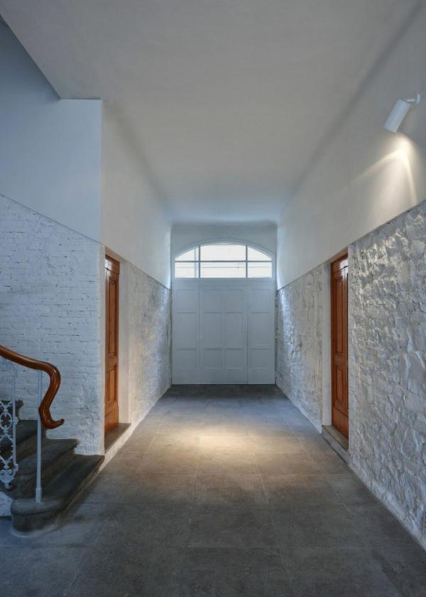 futuristische residenz edles holz türen grauer bodenbelag aus granit