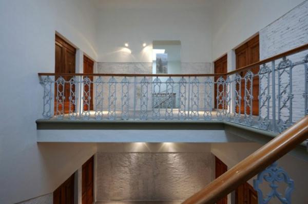 futuristische residenz filigrane metallornamente am treppengeländer
