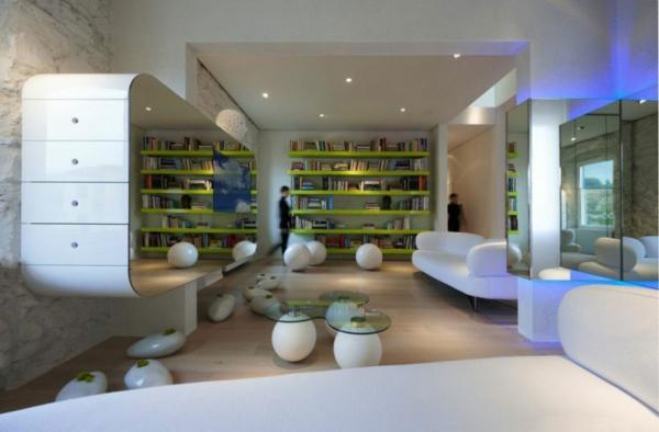 Geschmeidiges Design Und Offenheit. Futuristische Residenz Neongrüne  Regalbretter Spiegelschrank