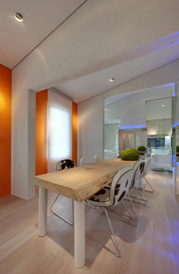 futuristische elegante residenz robuster esstisch zylindrische beine und grobe holzplatte
