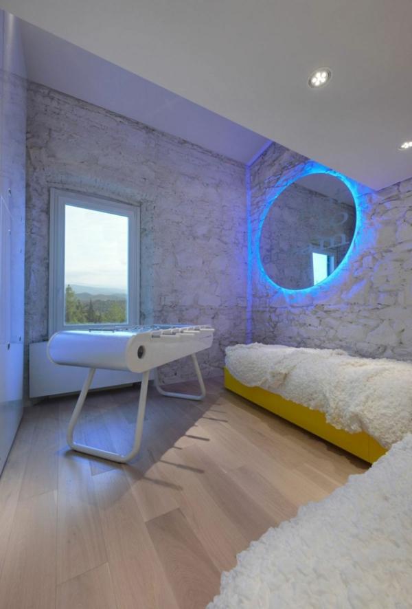 futuristische residenz runder wandspiegel mit blauem neonlicht