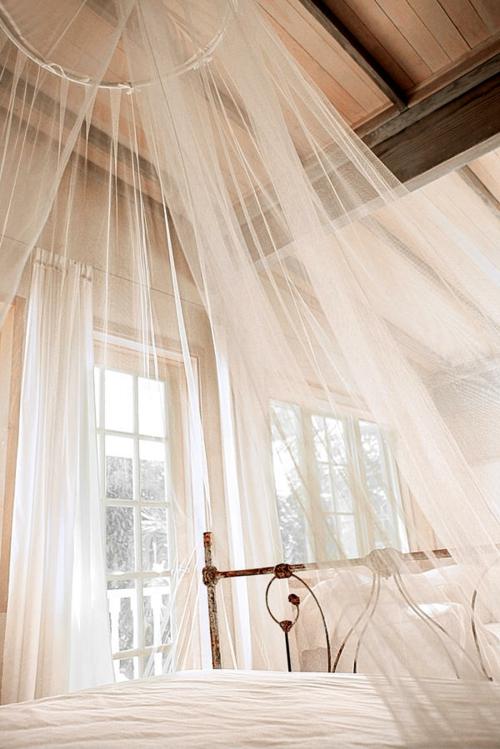 gardinen holz zimmerdecke bettgestell ornamentreich