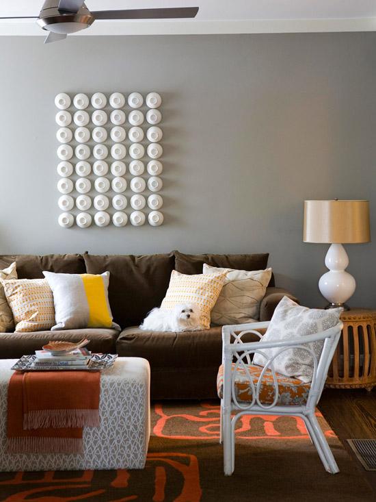 gewagte farbgestaltung für ihr wohnzimmer goldglänzender lampenschirm