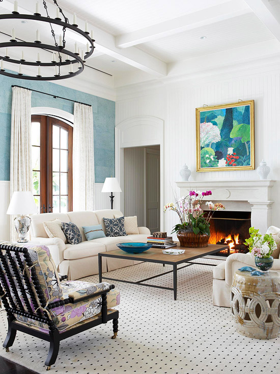 gewagte farbgestaltung für ihr wohnzimmer mittlealterlicher kronleuchter gepunkteter teppich