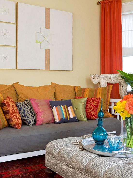 gewagte farbgestaltung im wohnzimmer seidene dekokissen