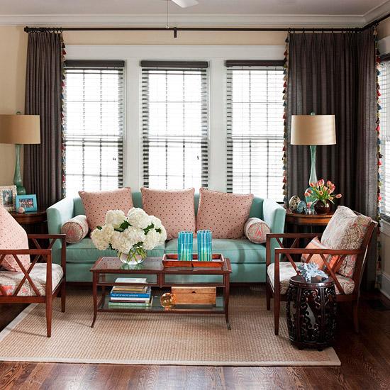 gewagte farbgestaltung für ihr wohnzimmer seladongrüne couch gepunktete kissen