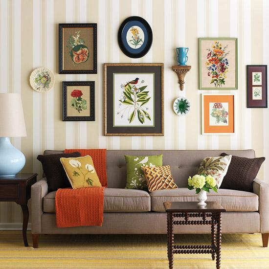 gewagte farbgestaltung für ihr wohnzimmer stickereien umrahmt