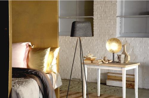 glamouröse interior goldene wand schattierung und schimmernde kissen