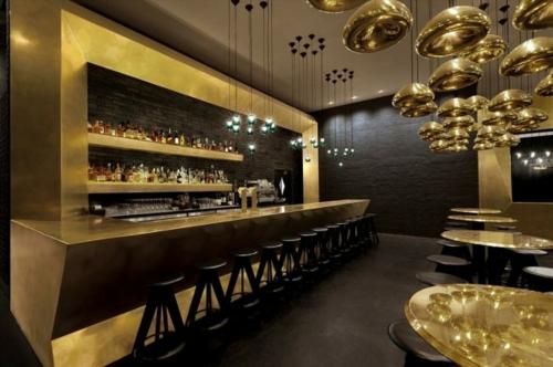 glamouröse interior ideen bartheke und regale mit goldenem touch