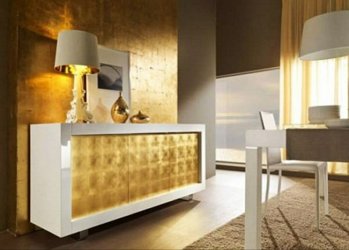 glamouröse interior ideen goldene wand und kommoden front