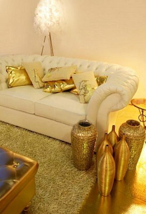 glamouröse interior ideen goldglänzende kissen und hohe vasen