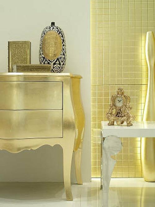 neobarock wohnzimmer:glamouröse interior ideen – goldene Wandfliesen und Buchumschläge