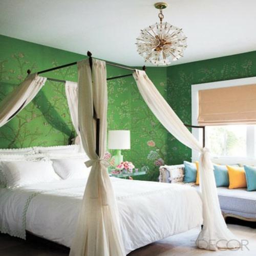 grüne wandgestaltung blumenmuster kronleuchter himmelbett matratze