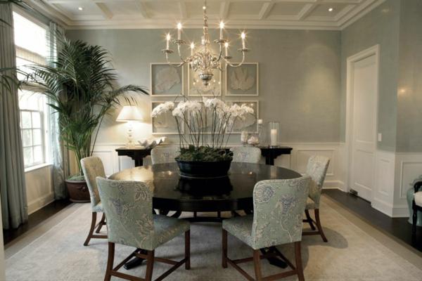 Wandgestaltung Wohnzimmer Grau wandgestaltung wohnzimmer grau rot zullian beispiele zu ihrem innenarchitektur ideen Grau Als Trendfarbe Kerzenkronleuchter Runder Tisch