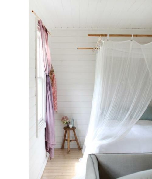 himmelbett weiß gardinen matratze bequem hocker dreibeinig
