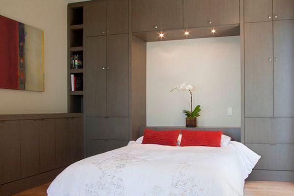intelligente designs mit klappbett elegante bettwäsche in weiß korallenrote kissen