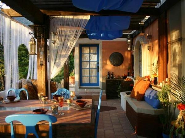 königsblau luftig gardinen fenster sofas kissen orange blau esstisch