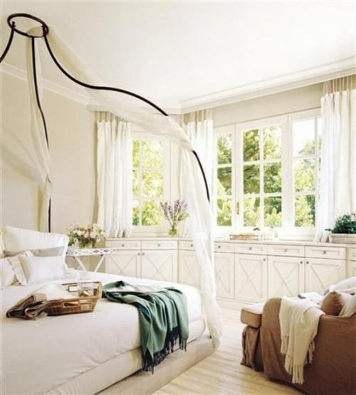 küche schlafzimmer himmelbett design weiß luftig gardinen überwurf grün