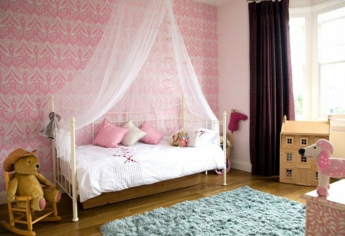 kinderzimmer rosa wände himmelbett mädchen spielzeuge weich teppich