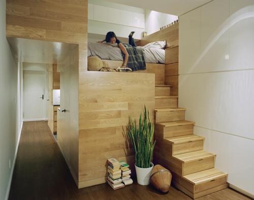 kleine Apartment Designs treppe holz dachgeschoss pflanzen