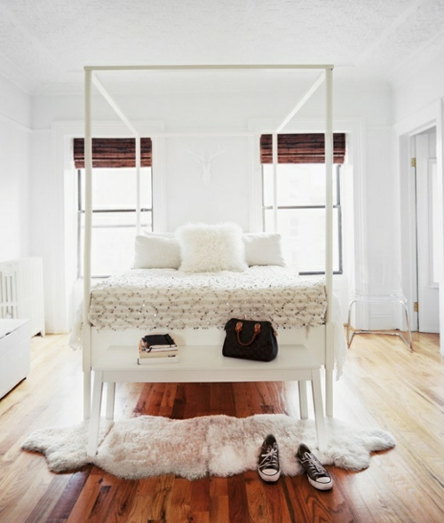 komplett weiß schlafzimmer feminine design läufer fell  himmelbett