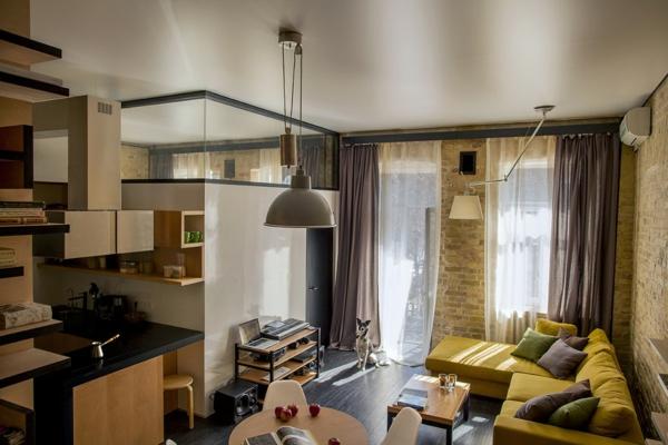 kreative wohnung mit fließendem design gelbrünes bequemes sofa